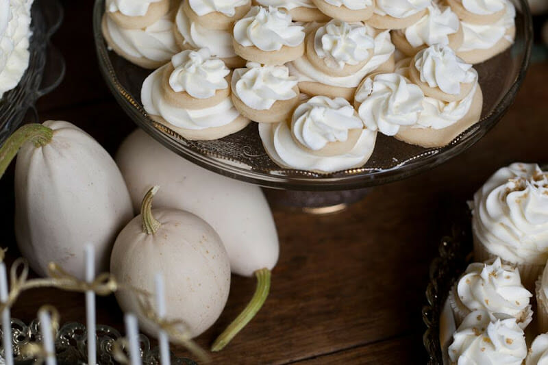 Winter Wedding | wedding dessert table ideas | wedding desserts | winter wedding ideas | wedding dessert table ideas | wedding dessert ideas || JennyCookies.com #weddingdessert #desserttable #winterwedding