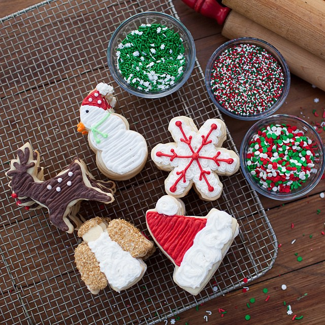 Merry Christmas friends!! Get my sugar cookie icing recipe plus instructions on how to decorate these cute Christmas cookies on @deshartsock @desireehartsock_com today! #eatmoredessert