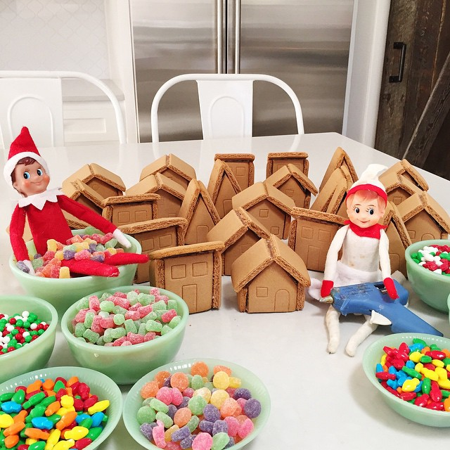 Even elves use a glue gun to put gingerbread houses together. #jennycookieselfontheshelf @wiltoncakes