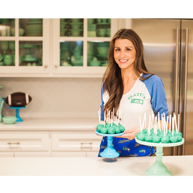 You guys!! Big news. I've started a Jenny Cookies Youtube channel. Go check out my tips and tricks for creating the ultimate Seattle Seahawks Cake Pop.. OR, if you're not a Hawks fan, just swap the colors to make it your own!  While you're there, be sure to subscribe because next up are THE most adorable classroom Valentines! (Link in Profile) #gohawks @seahawks
