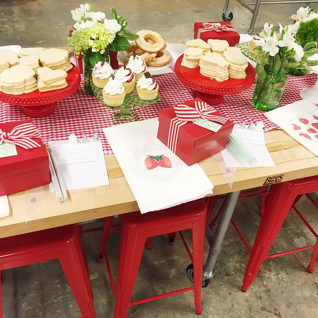 A peek of one of the tables from last nights #jennycookiesworkshop! We had such a fun group, it was a treat to meet you all! Looking forward to sharing all the workshop details on the blog very soon!! Many amazing sponsors involved: @wiltoncakes @sovintagechic @nashvillewraps @viablossomshop @cutetape @loveandlion @cascadeicewater @ladyyum @frostdesserts @kbykweddings @rompcommunity Thank You!! Thank You!!