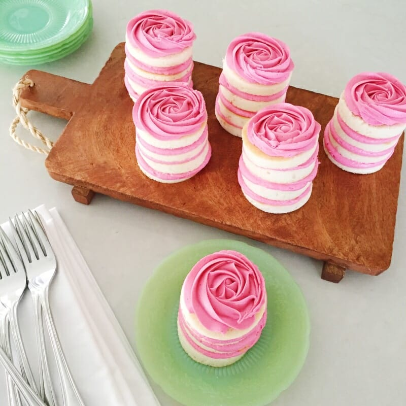 Mini Rose Cake Recipes | Mother's Day dessert recipes | mini cake recipes | diy rose cake | mini cake tutorial || JennyCookies.com #minicake #rosecake #mothersday