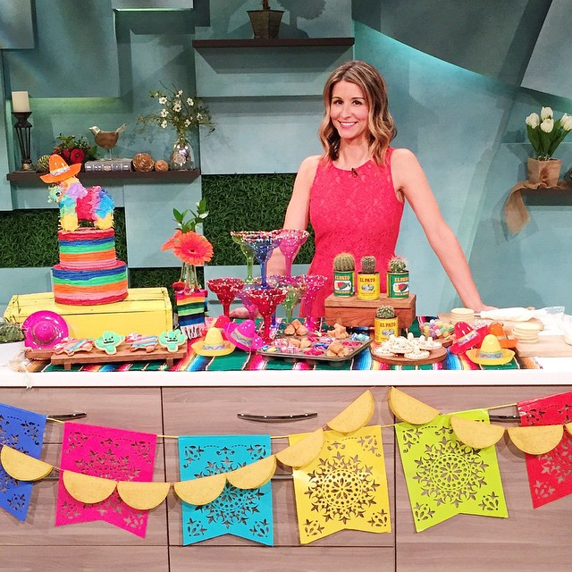 Add a Cinco De Mayo Sundae bar to your tacos tonight! Dip the rim of a margarita glass in corn syrup and then in a plate of sprinkles for a sprinkle rimmed glass. Fill with ice cream and top with chopped churros, caramel sauce and hot tamales! Ole! ????? Thanks for having me @king5seattle!