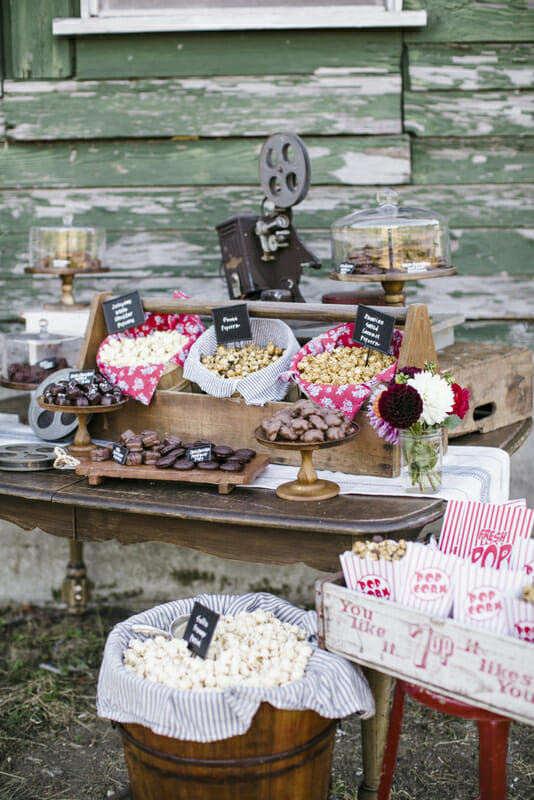 How to Throw an Outdoor Movie Party | outdoor summer activities | outdoor summer parties | summer party ideas | fun outdoor activities | fall outdoor activities | outdoor movie theater tips | fall activities for the whole family || JennyCookies.com