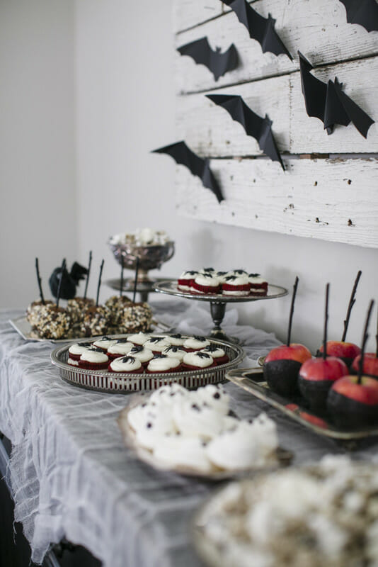 How to Create the Ultimate Halloween Treat Table | halloween dessert tables | halloween entertaining tips | halloween decor ideas | hosting a halloween party | halloween party tips | party ideas for halloween || JennyCookies.com #halloweentreattable