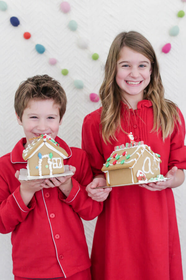How to Host a Children's Gingerbread House Decorating Party | gingerbread house ideas | Christmas party ideas | kids Christmas party ideas | fun Christmas party ideas | gingerbread house decorating tips || JennyCookies.com #GingerbreadHouse
