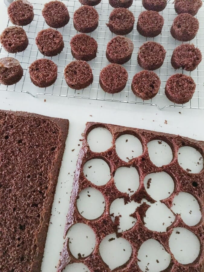 Hot Chocolate Mini Cakes | easy chocolate cake recipes | holiday cake recipes | homemade chocolate cake recipes | how to make mini cakes | mini cake recipes | hot chocolate inspired cakes || JennyCookies.com #minicakes #hotchocolatecakes #holidaydesserts #holidaycakes