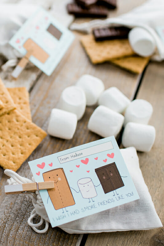 How to Throw a Classroom Valentine's Day Party | diy class Valentines | Valentine's Day parties for kids | kid friendly Valentine's Day party | handmade Valentines | Valentine's Day party ideas || JennyCookies.com #valentinesdayparty #diyvalentines #valentinesday