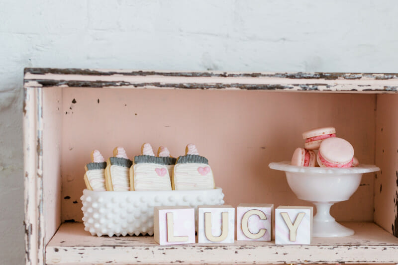 I Love Lucy Themed Baby Shower | pink white and grey baby shower | girl baby shower | baby shower decor | baby shower desserts | how to host a baby shower || JennyCookies.com #girlbabyshower #babyshowerthemes #pinkbabyshower