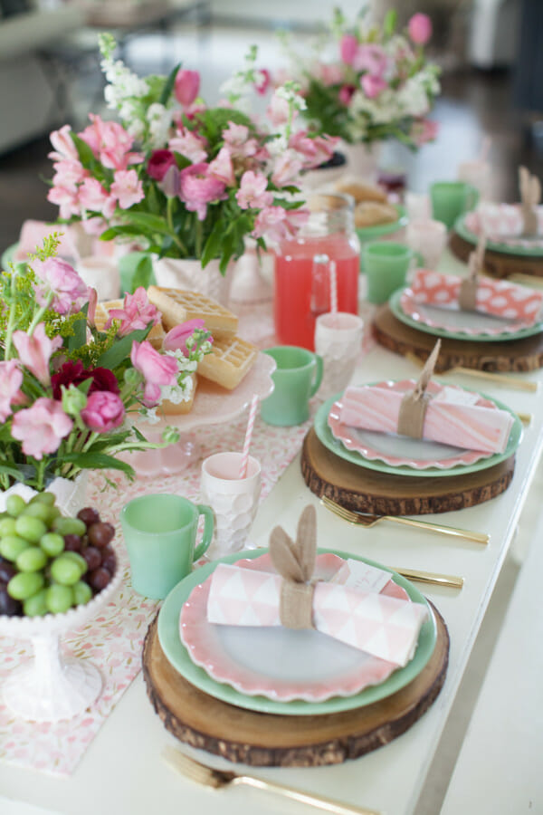 How to Host an Easter Brunch | Easter lunch ideas | Easter brunch ideas | decorating for Easter brunch | Easter decor ideas | Easter brunch decor || JennyCookies.com #easterbrunch #easterdecor #easterparty #jennycookies