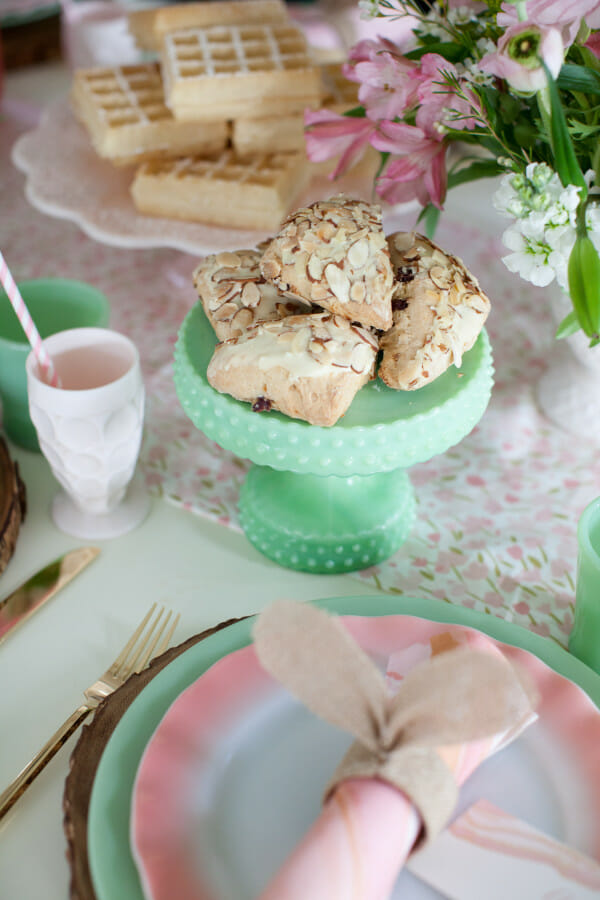 How to Host an Easter Brunch | Easter lunch ideas | Easter brunch ideas | decorating for Easter brunch | Easter decor ideas | Easter brunch decor || JennyCookies.com #easterbrunch #easterdecor #easterparty