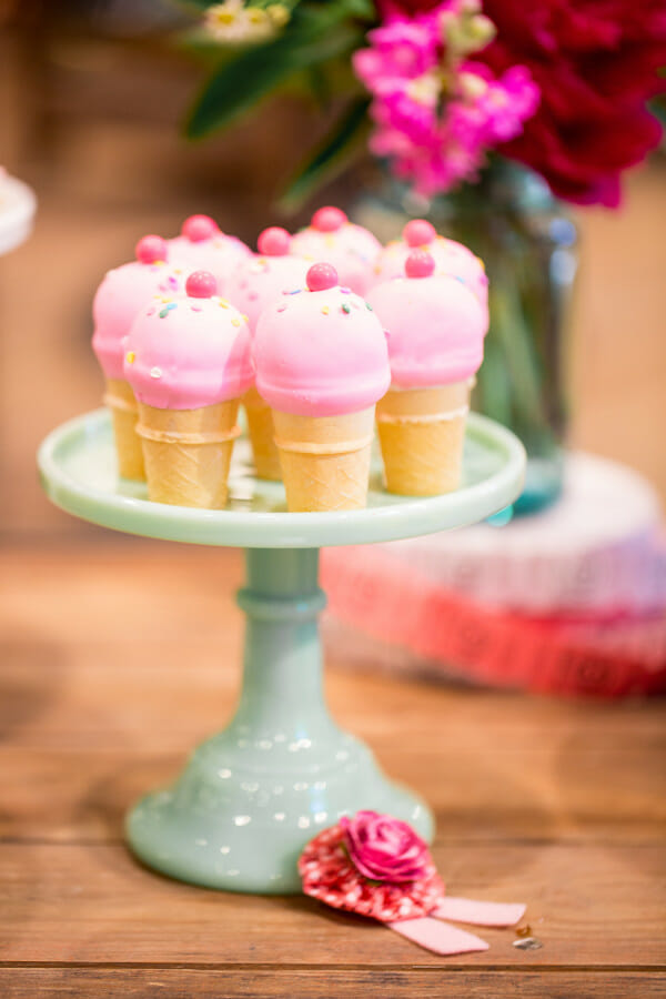 How to Set Up a Farm Chicks Inspired Dessert Table | farm inspired party ideas | farm inspired entertaining tips | how to set up a dessert table | dessert table ideas || JennyCookies.com