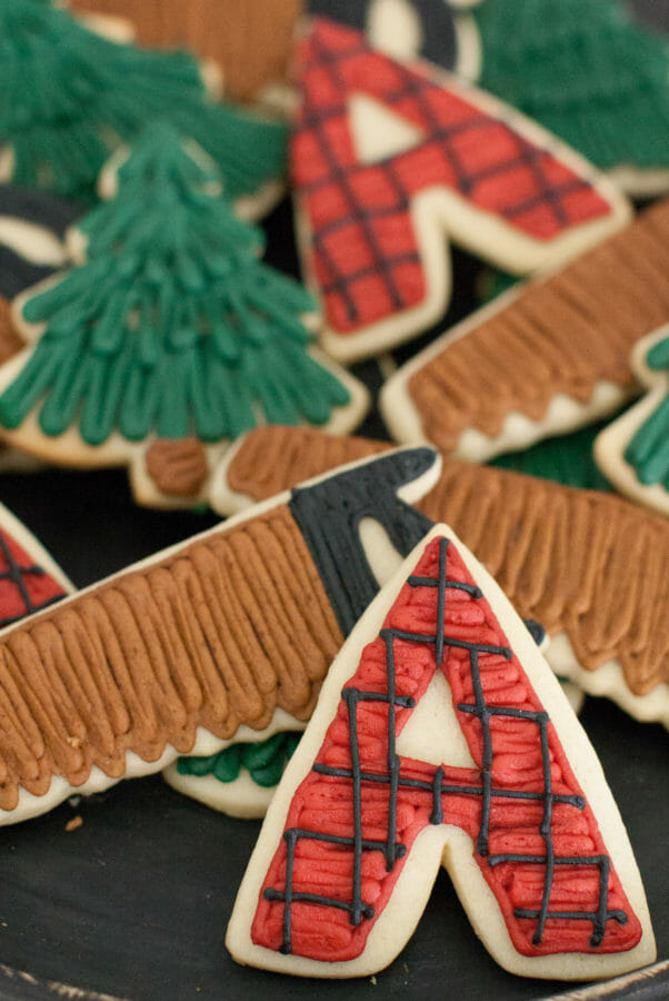 Lumberjack Dessert Table | fall themed dessert tables | dessert table ideas | wedding dessert table ideas | decorating a dessert table | plaid dessert table decor | plaid decor ideas | outdoor party decor || JennyCookies.com