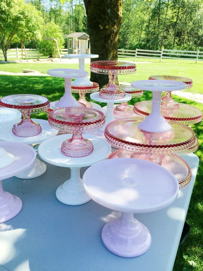 Where to Find Cake Plates | beautiful cake plates | how to display a cake | cake plate display tips | where to buy vintage cake plates | vintage cake plates | cake plate decor | bakery decor ideas || JennyCookies.com