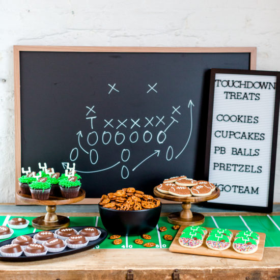 How to Create a Superbowl Dessert Table | super bowl snack ideas | hosting a super bowl party | super bowl themed desserts | super bowl dessert ideas | super bowl themed parties || JennyCookies.com #superbowldesserts #superbowlparty #superbowl