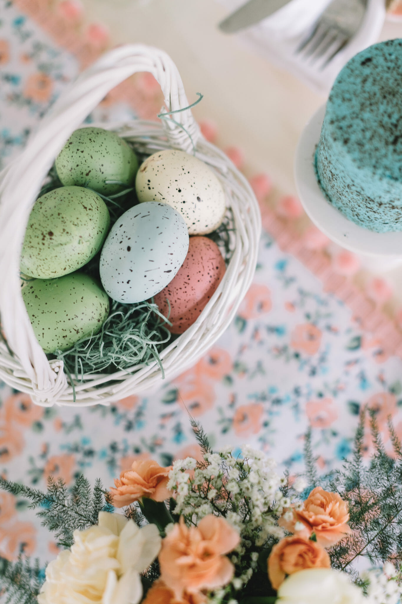 How to Create a Spring Tablescape | tablescape ideas | spring table decor | spring decorating ideas || JennyCookies.com #springtable #tablescape #springdecor