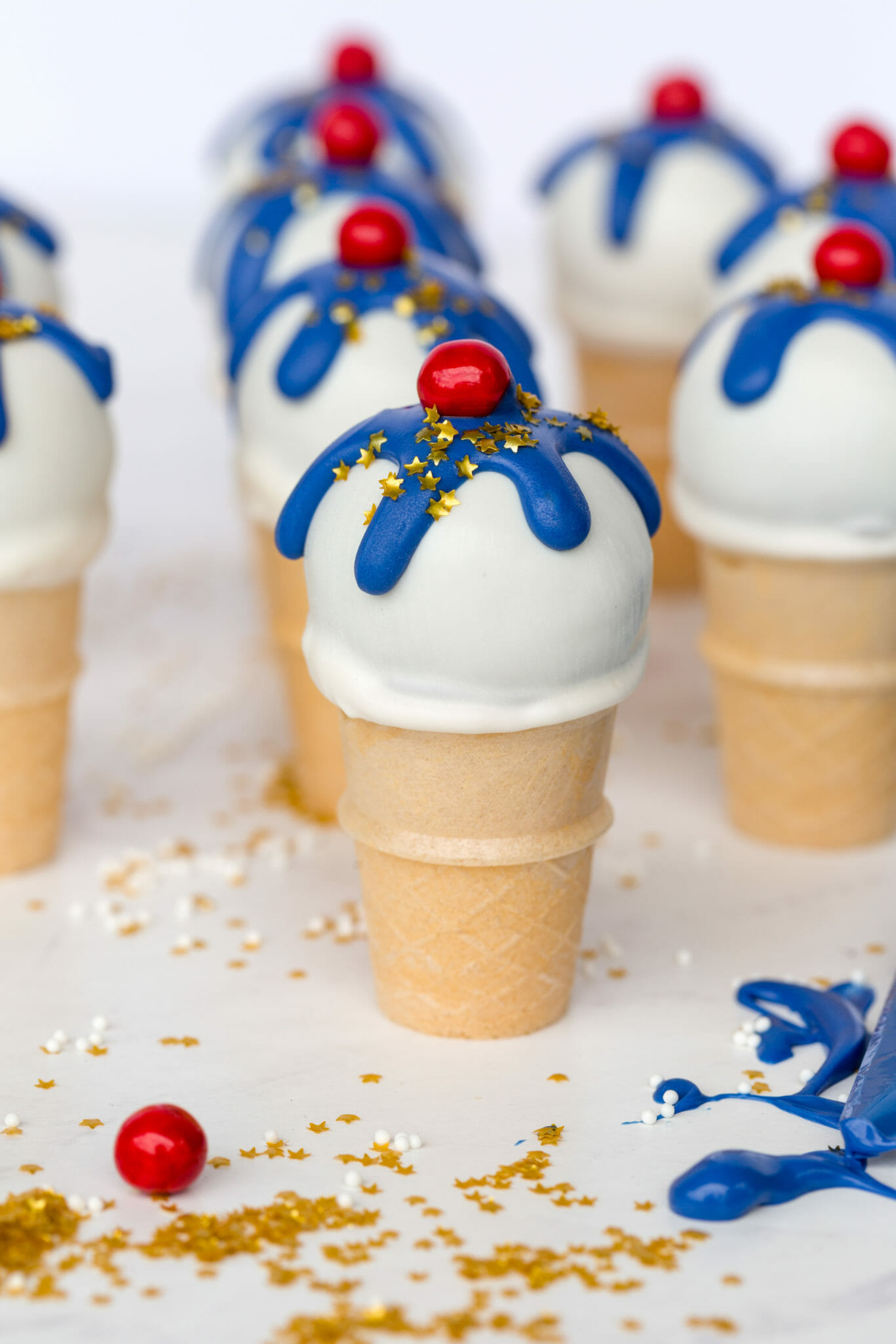 Fourth of July Ice Cream Cone Cake Pops | summer dessert recipes | July 4th desserts | cake pop recipes || JennyCookies.com #recipe #dessert #july4th #fourthofjuly #cakepops #jennycookies