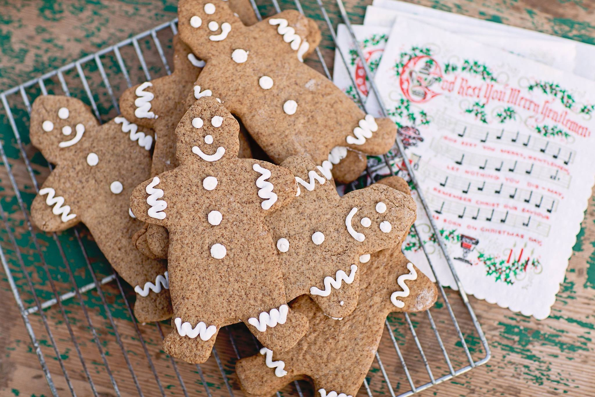 Easy Gingerbread Man Cookies | christmas cookie recipes | gingerbread recipes || JennyCookies.com #christmas #gingerbread #gingerbreadman #cookies #jennycookies