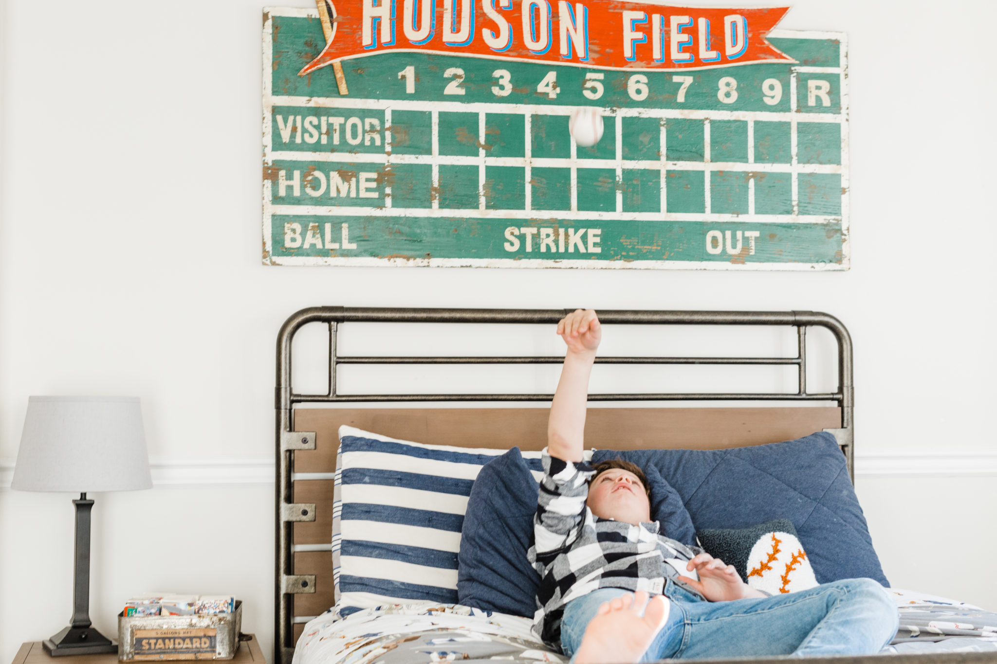 Baseball Bedroom Decor | boy bedroom decor ideas | baseball inspired home decor || JennyCookies.com #boybedroom #baseballdecor #kidsrooms #jennycookies
